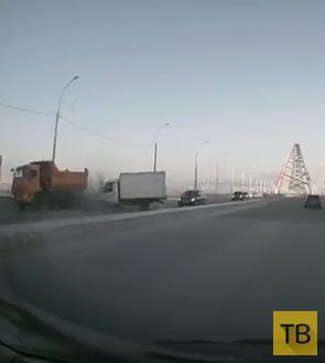 """Гонщик на """"Газели"""" резко решил обогнать """"Opel Omega""""... ДТП на Бугринском мосту, г. Новосибирск"""