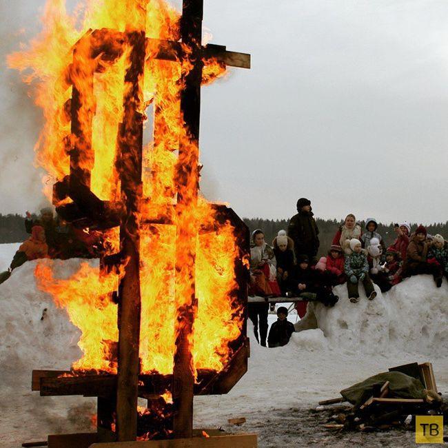В усадьбе Мураново на Масленицу сожгли деревянный символ доллара (6 фото)