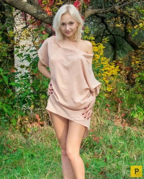 Худенькая блондинка в дикой природе одна без защиты  121057