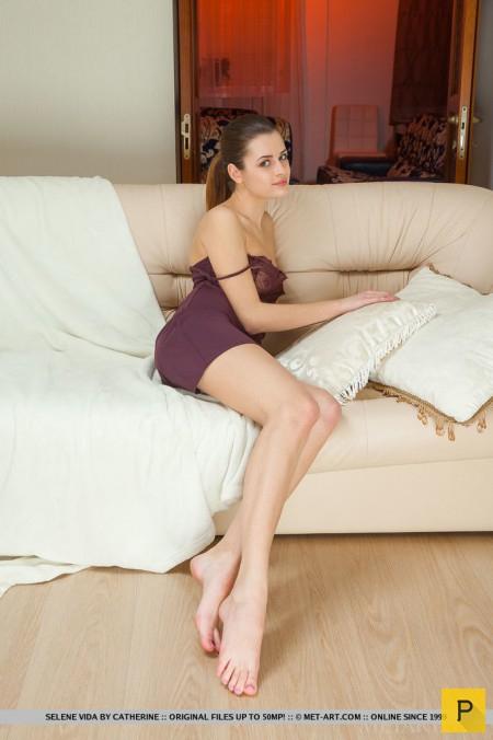 Симпатичная худенькая девушка на белом диване (16 фото)