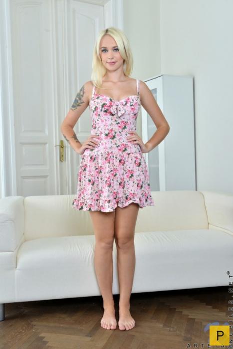 Блондинка с татуировками и красивой грудью (19 фото)