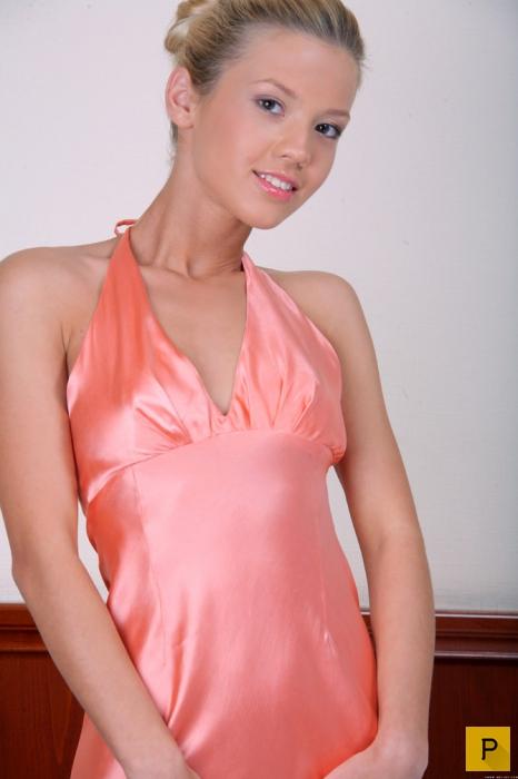 Симпатичная блондинка в розовом (17 фото)