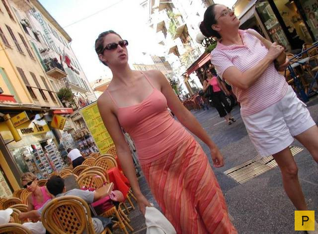 девушки на улице фото без лифчика