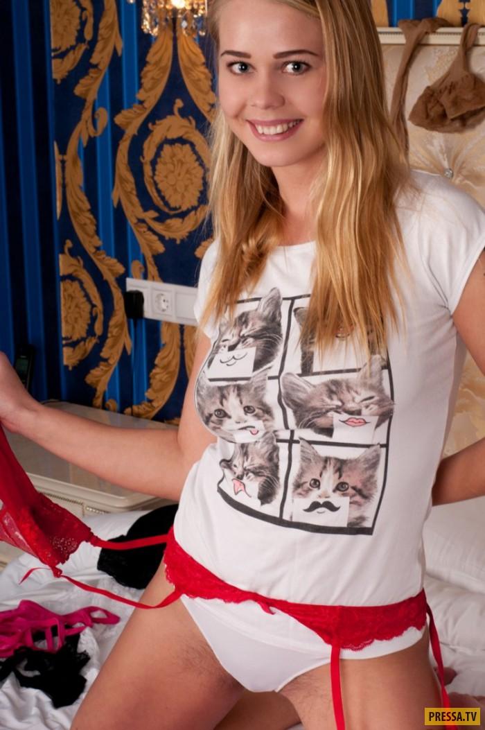 Блондинка с красивой нежной грудью (15 фото)
