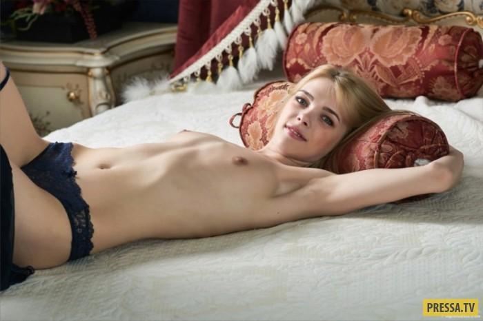 Симпатичная худенькая блондинка в роскошной обстановке (17 фото)
