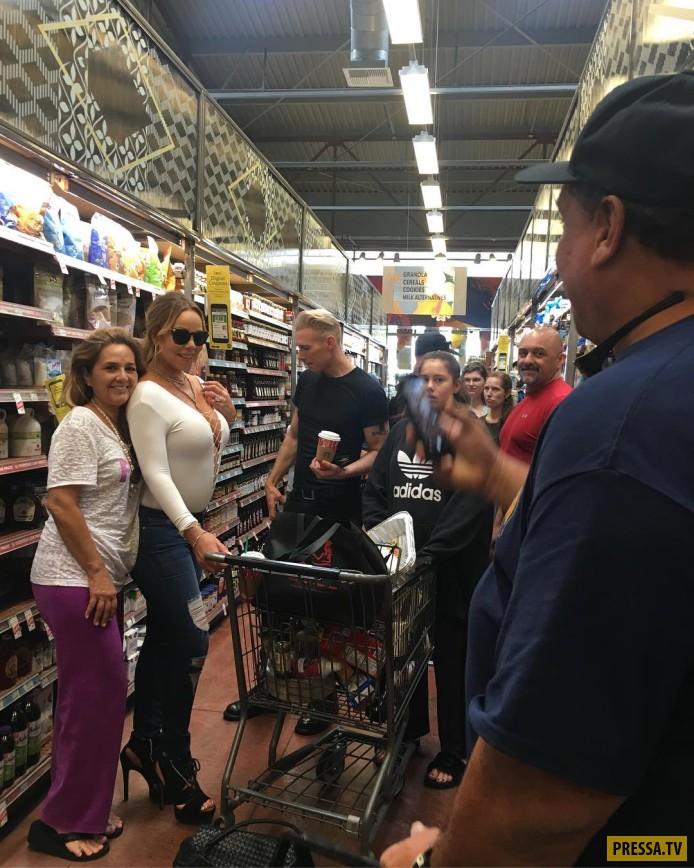 Мэрайя Кэри в откровенном декольте устроила фурор в супермаркете (5 фото)