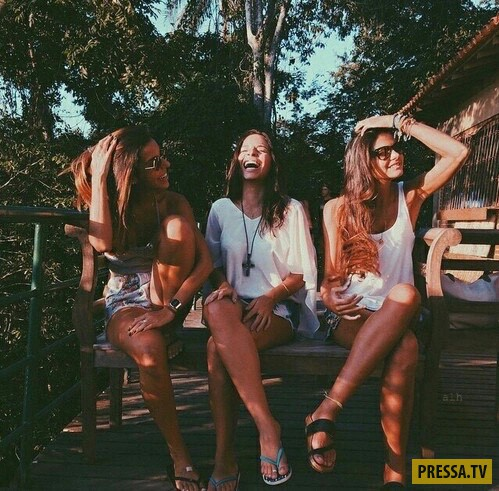 фото красивых девушек с подругой веселяется