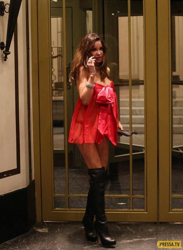 Популярная английская модель Алисия Дюваль прогулялась по ночному Лондону в ночнушке (15 фото)