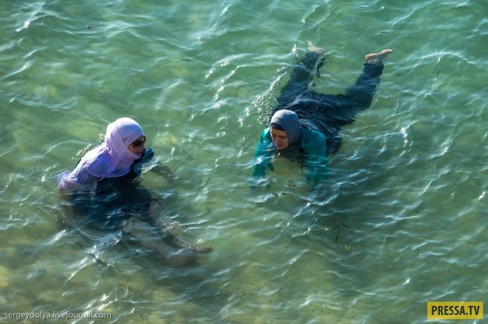 Как арабские женщины предаются такой простой радости как купание? (17 фото)