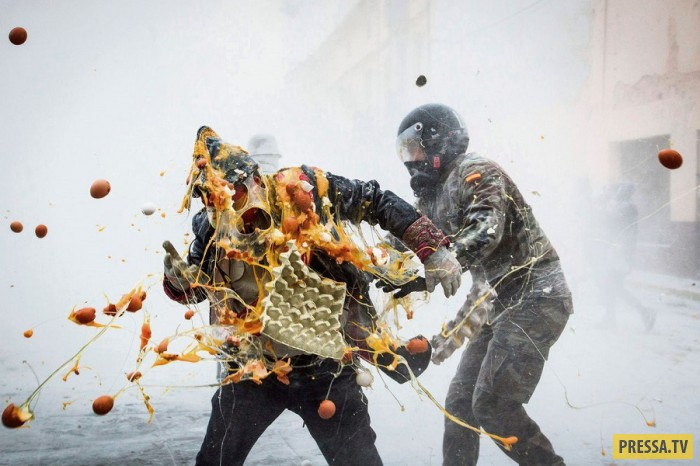 Перед Новым годом испанцы устроили революцию на один день (25 фото)