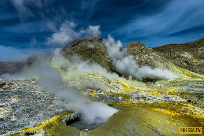 Частный остров с действующим вулканом и фантастическими пейзажами (40 фото)