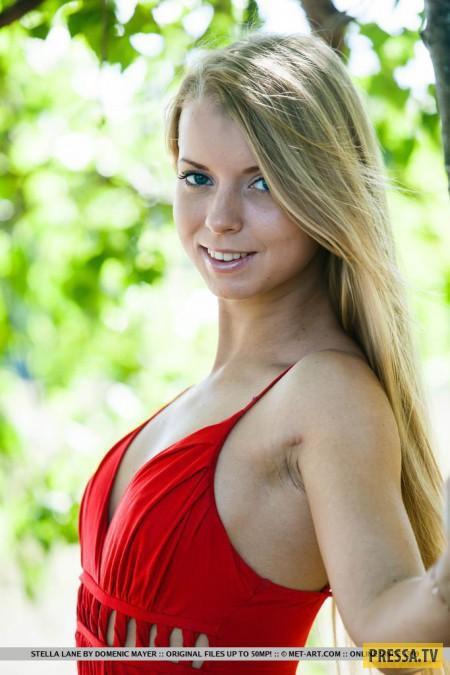 Белокурая Stella Lane на природе в красном платьице (17 фото)