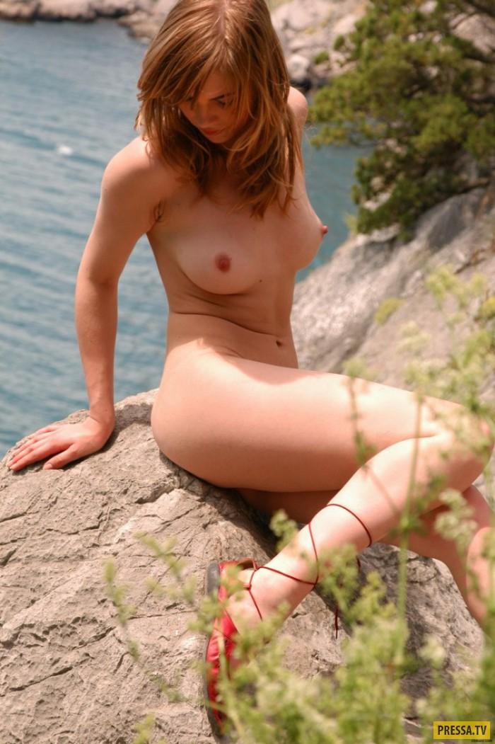 Миленькая блондинка Nicole на скалах у озера (22 фото)