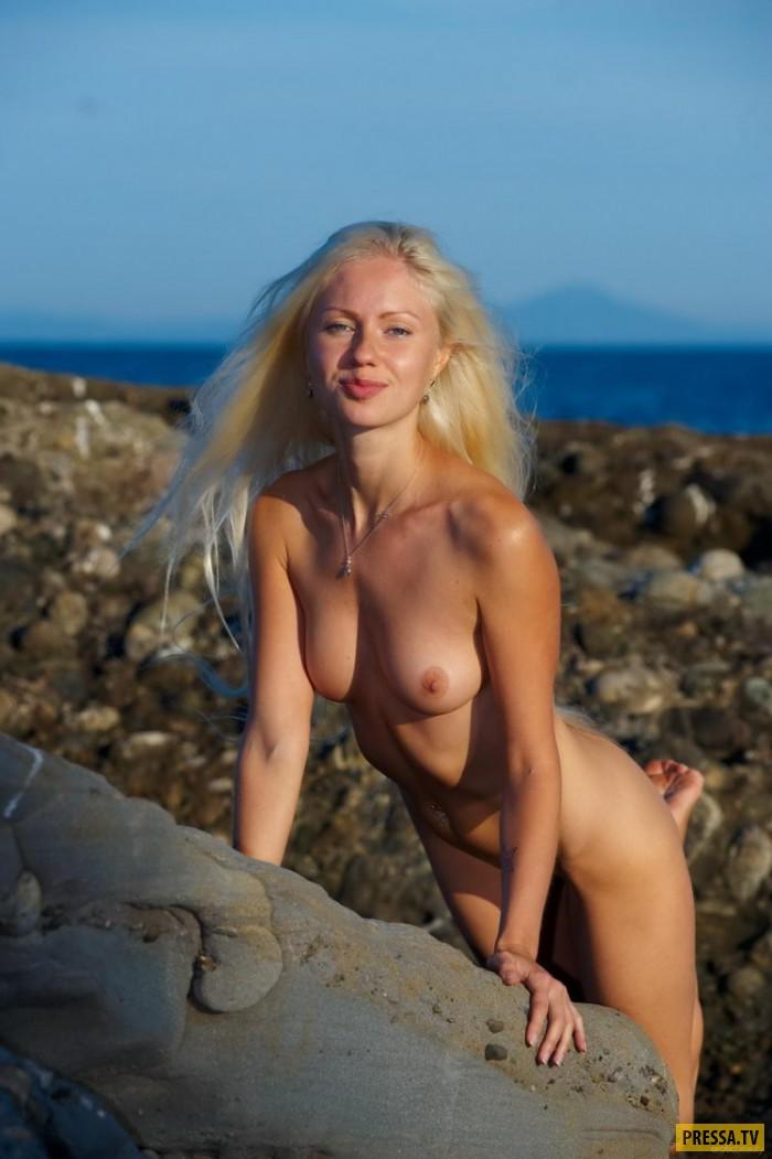 Худенькая Silvia на прибрежных скалах (22 фото)