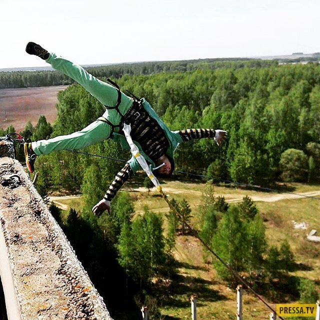 Уральский канатоходец прошёл по канату между высотками в Москве (видео + 5 фото)