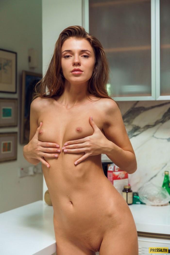 Хрупкая Emelia на кухне (23 фото)