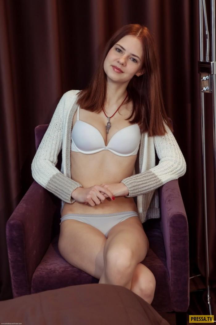Рыженькая красотка Violet в кресле (18 фото)