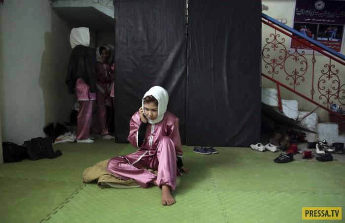 Афганские девушки в горах на тренировке по самообороне (29 фото)