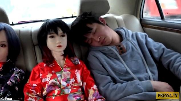 Странная китайская семья из двух мужчин и семи резиновых кукол (9 фото)