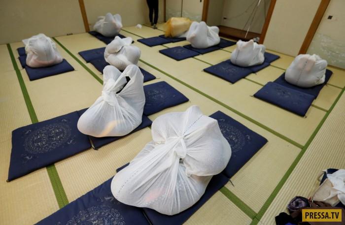 Новый метод терапии из Японии - пеленание взрослых (10 фото)