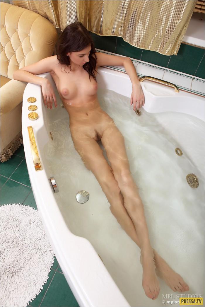 Стройная Mira принимает ванну (19 фото)