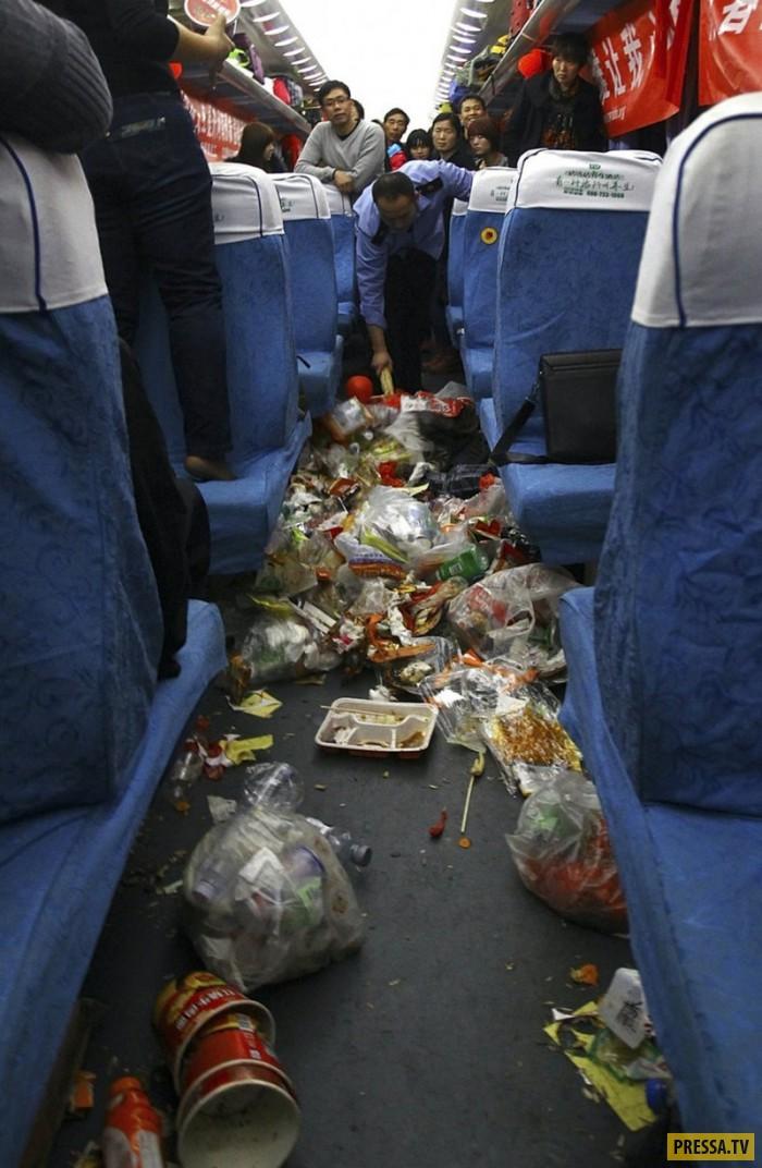 Китайские поезда напоминают мусорную свалку (5 фото)