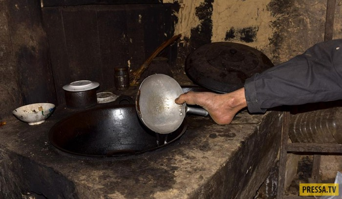 Житель Китая, потерявший руки, продолжает работать и заботится о матери (10 фото)