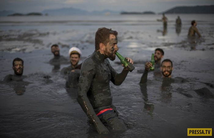 Грязевая вечеринка в Бразилии (8 фото)