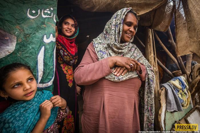Счастливые люди в трущобах Пакистана (27 фото)