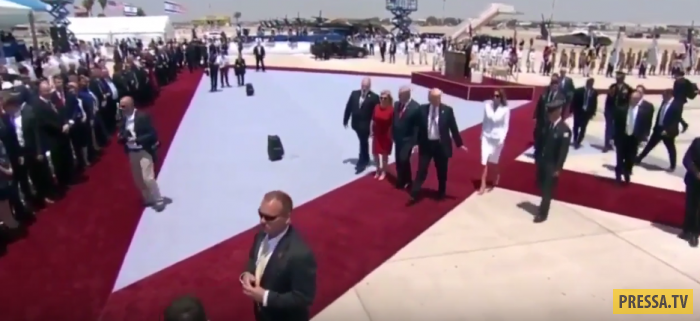 Меланья Трамп прилюдно отмахнулась от руки супруга (фото + 2 видео)