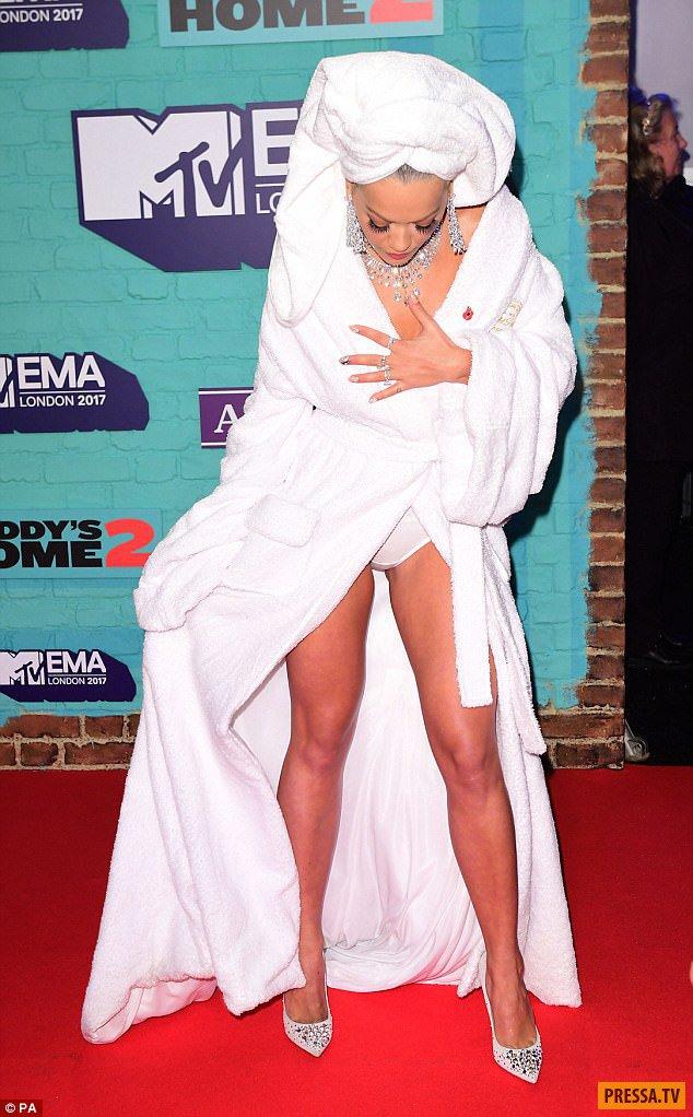 Прямо из душа! Рита Ора прибыла на MTV EMA в халате, трусах и с полотенцем на голове (14 фото)