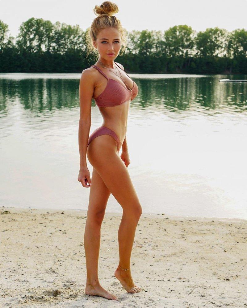 Фото миниатюрной блондинки весьма