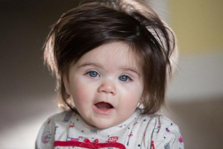 Малышка Дакота Дэвис родилась с густыми черными волосами