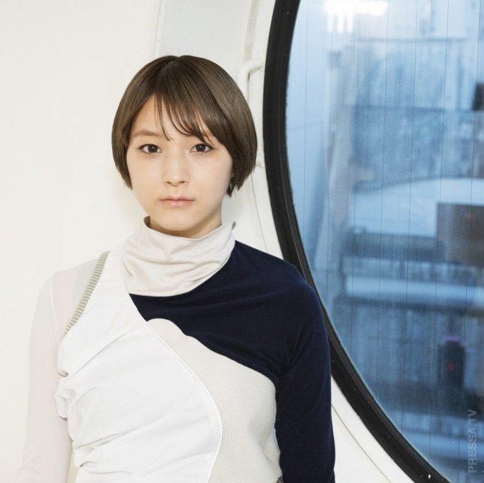 В новой японской рекламе только одна девушка настоящая, остальные - виртуальные