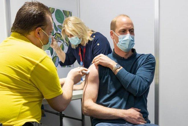 Знаменитости вакцинировались от COVID-19