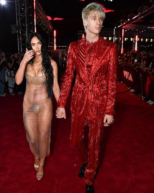 """Меган Фокс поразила """"голым"""" платьем на церемонии MTV VMA"""