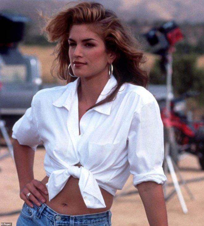 55-летняя Синди Кроуфорд воссоздала свой образ в культовой рекламе Pepsi 1992 года