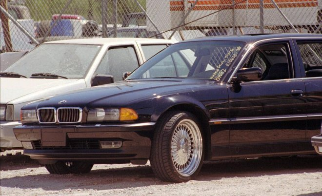 Седан BMW, в котором был расстрелян Тупак Шакур, выставлен на продажу за 1,7 миллиона долларов