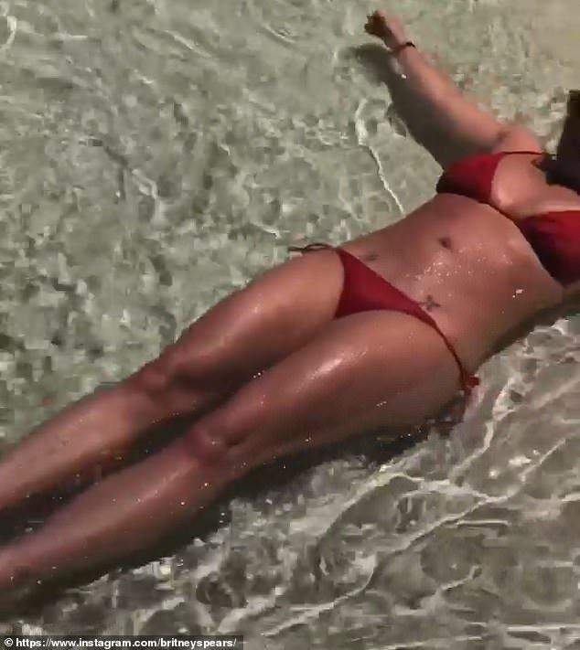 Бритни Спирс отпраздновала освобождение от опеки отца отдыхом с женихом и обнаженными фотографиями
