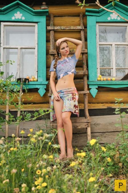 Фото девушек в юбках одних дома в деревне частное — img 13
