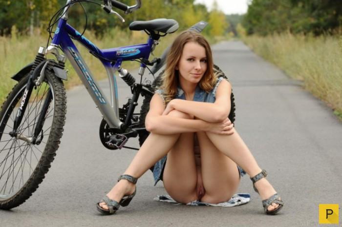 На велосипеде фото пизденка
