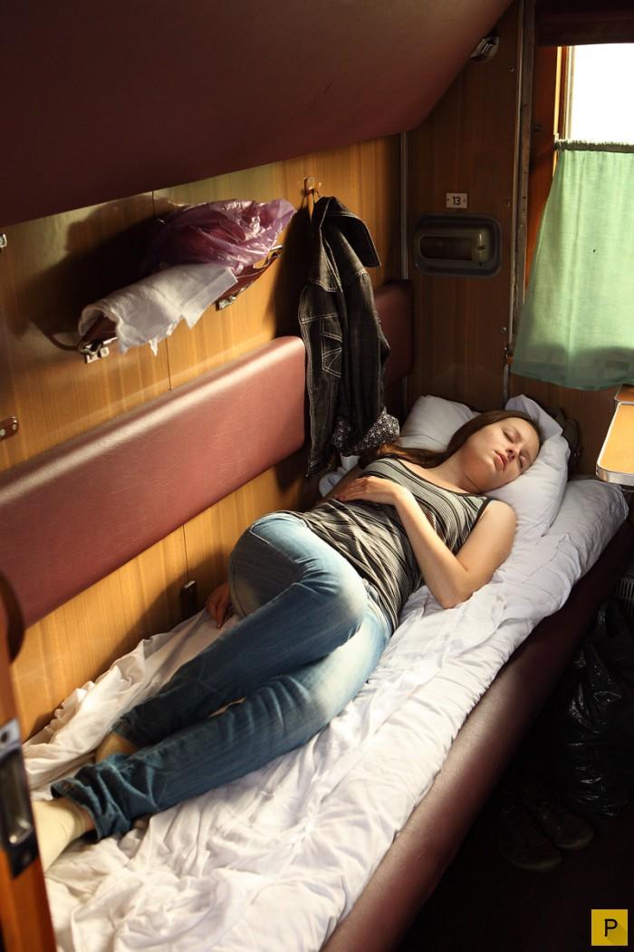 Девушка в купе поезда на верхней полке фото, фото пьяные спящие голые девки