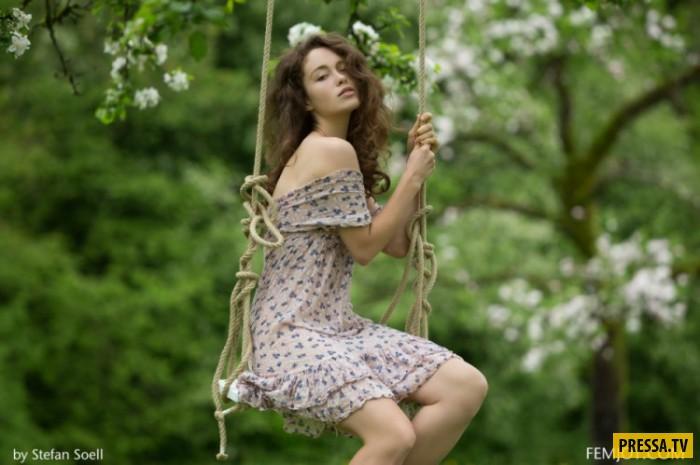 Девушка с красивой грудью на качелях (27 фото)