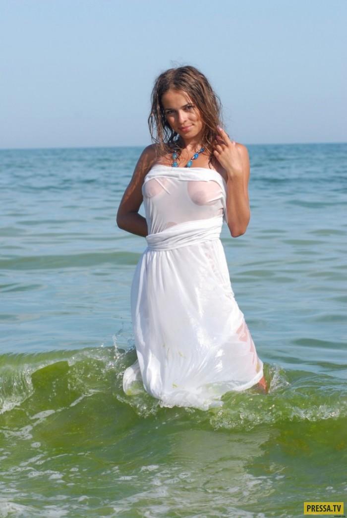 Худенькая девушка с большой грудью на море (25 фото)
