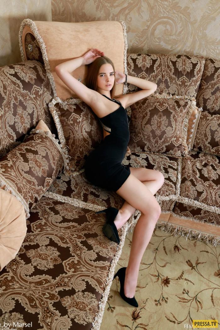 Красивая и стройная девушка на диване (12 фото)
