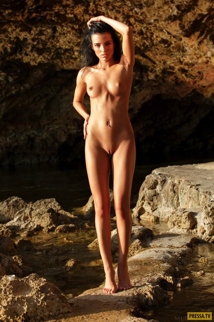 Красивая стройная голая девушка, сосет глубоко и рыгает