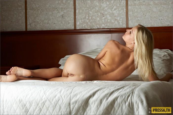На домо голой девушки кровате фото блондинки одной