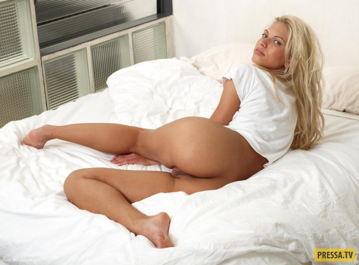Sexy Blonde Babe Showing Her Ass On Couch Hclips 1