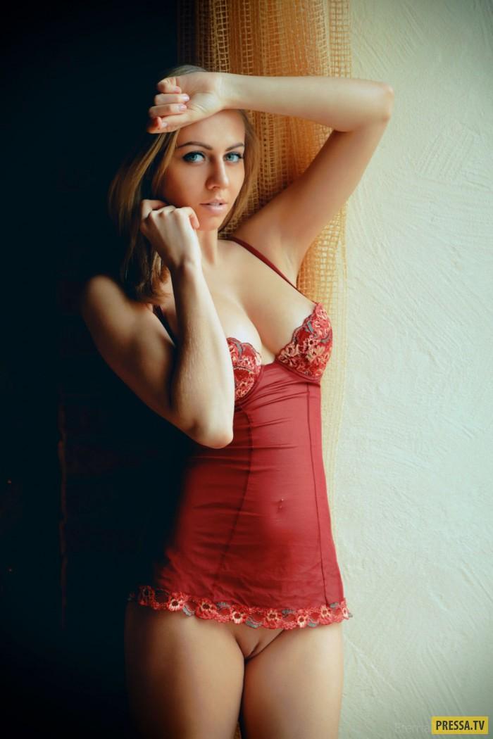 Милая блондинка с натуральной грудью