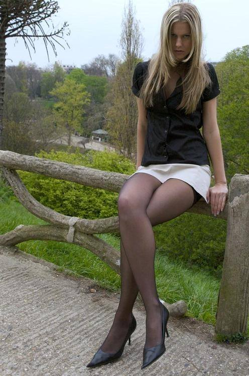 Девушка из Европы показывает красивые ножки в колготках